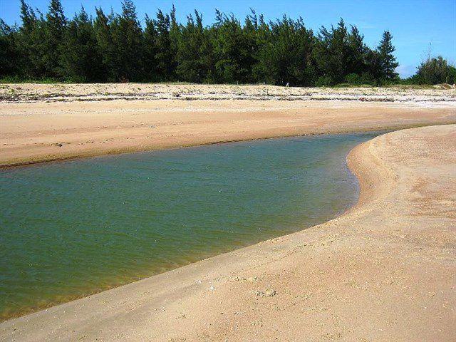 Biển Suối Ồ sở hữu bãi cát trắng tuyệt đẹp.