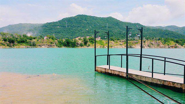 Chụp hình trên hồ tạo vẻ đẹp lung linh.
