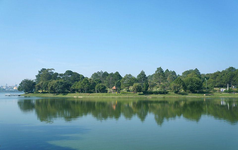 Hồ Xuân Hương đã quá nổi tiếng với vẻ đẹp xanh biếc quanh năm.