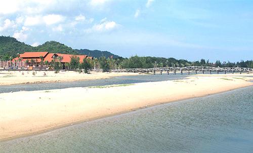 Bãi biển là nơi chụp hình cưới được ưa thích tại Hồ Cốc.