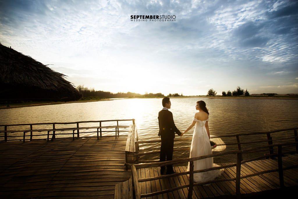 Cặp đôi có thể cùng ngắm, cùng ôn lại kỷ niệm từ hình cưới.