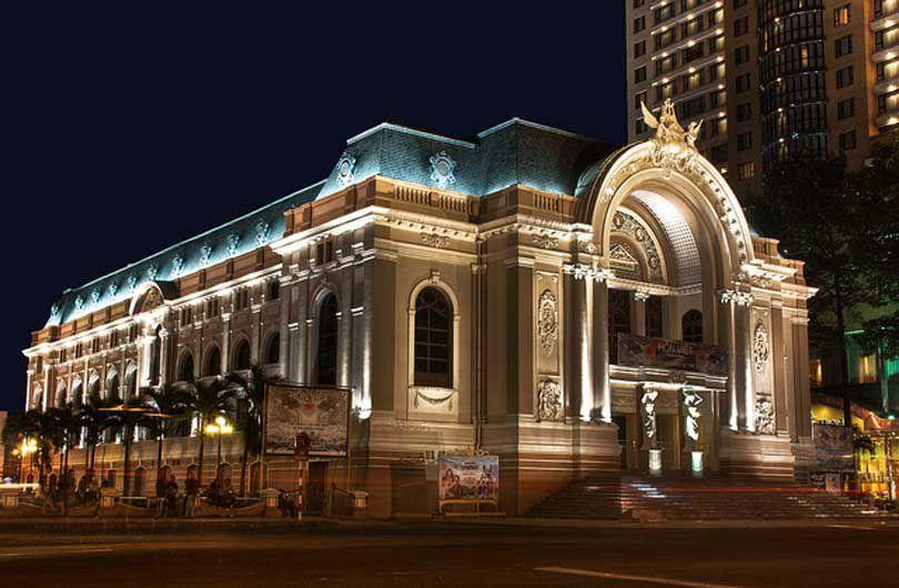 Nhà hát thành phố đẹp theo phong cách cổ điển.