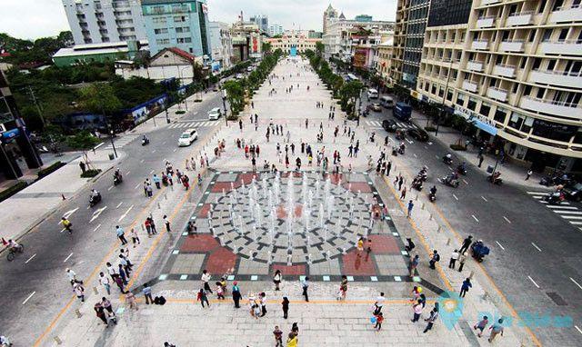 Phố đi bộ Nguyễn Huệ với nhiều địa điểm lịch sử.