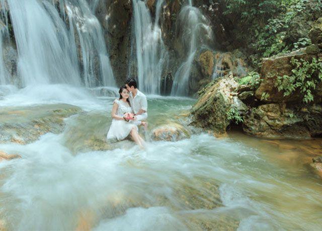 Cặp đôi có thể hòa mình cùng thiên nhiên tại thác Datanla.