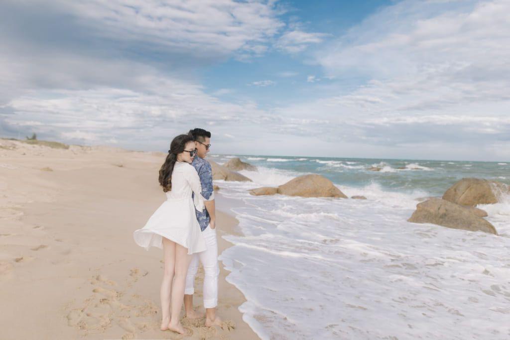 Chụp ảnh cưới ở biển vẫn luôn là ưu tiên của nhiều cặp đôi.