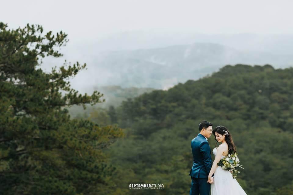 Ảnh cưới ở Đà Lạt được chụp theo phong cách huyền bí.