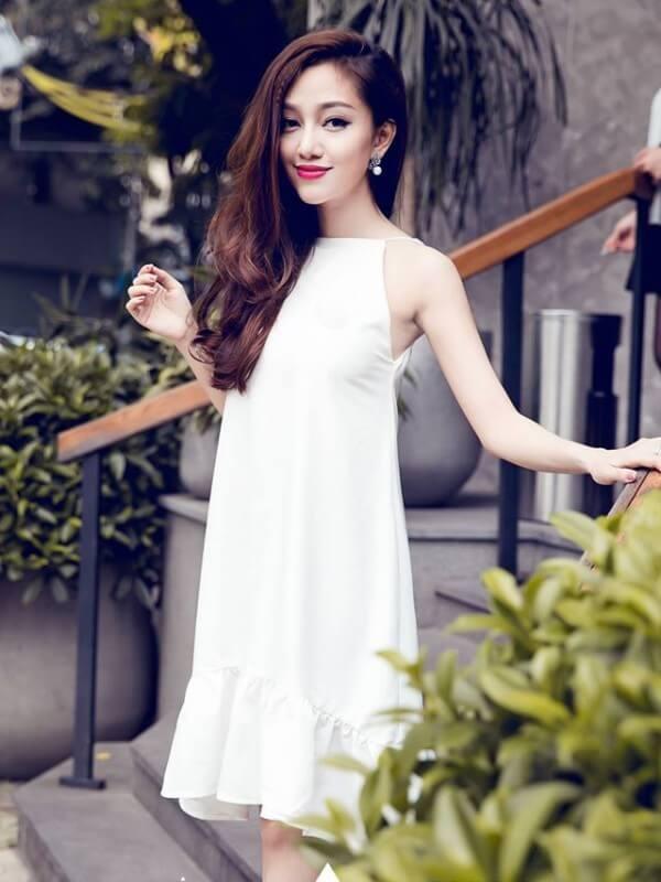 Váy cưới cổ yếm đẹp có phần dây quấn quanh cổ tạo vẻ đẹp cổ điển.