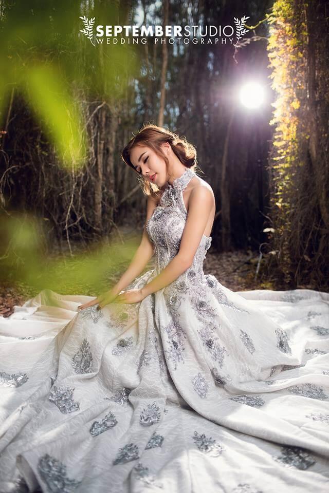 Váy trắng thể hiện vẻ đẹp tinh khôi của cô dâu.