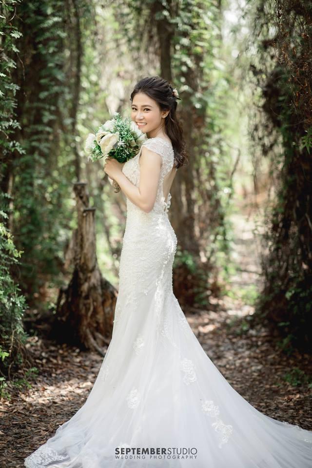 Váy trắng chụp ảnh cưới ở biển