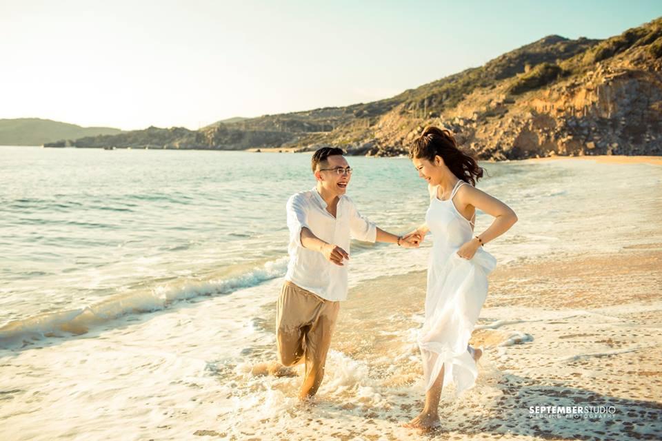 Cách tạo dáng nhí nhố đem đến bộ ảnh cưới hài hước.