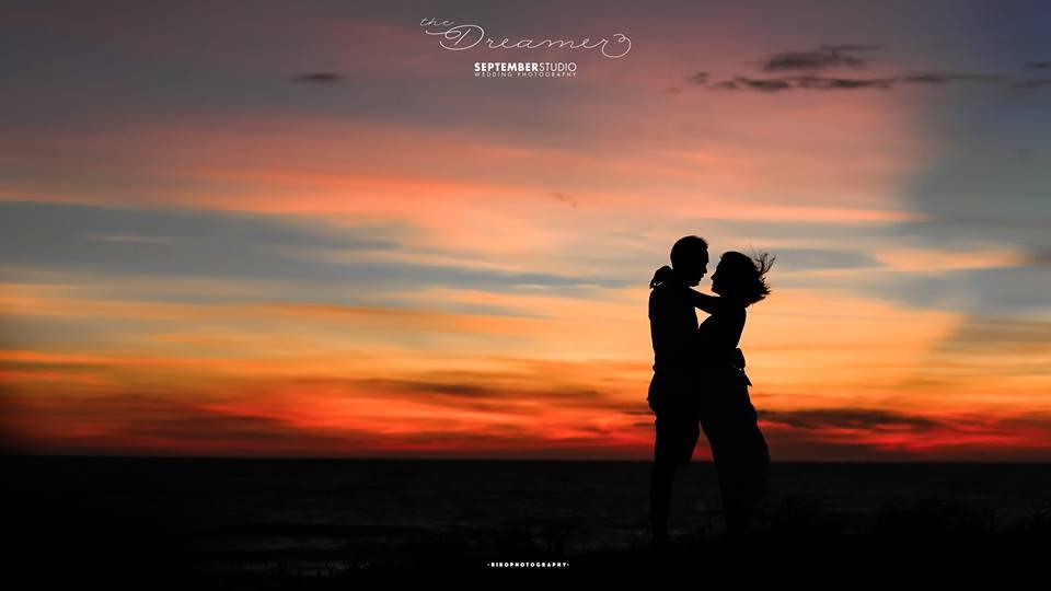 Tạo dáng chụp hình cưới ngoài biển