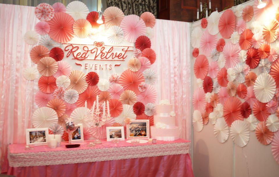 Trang trí phòng cưới bằng hoa giấy