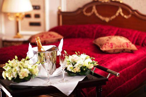 Trang trí giường cưới ga màu đỏ