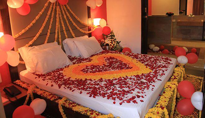 trang trí phòng cưới bằng bóng bay và hoa hồng