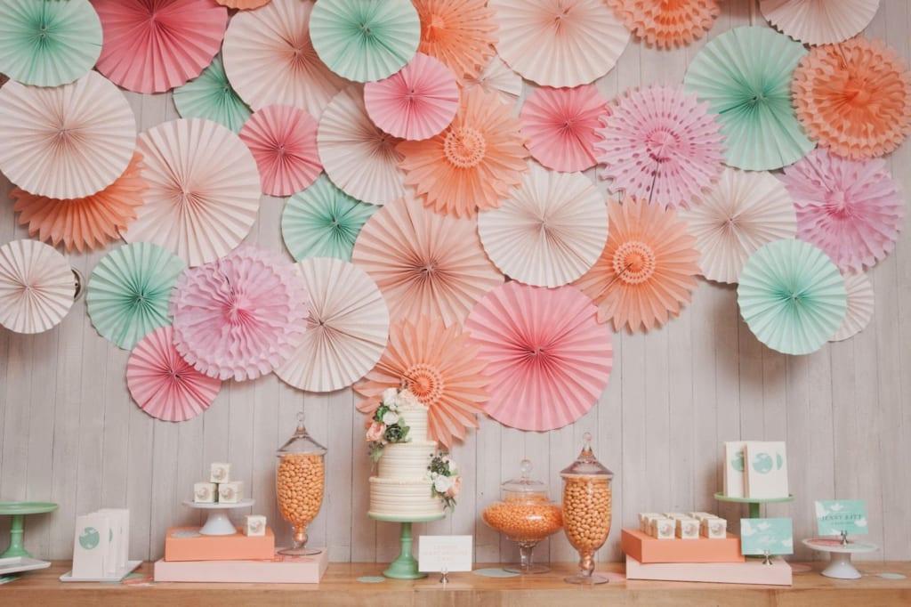 Trang trí phòng cưới bằng hoa giấy đẹp