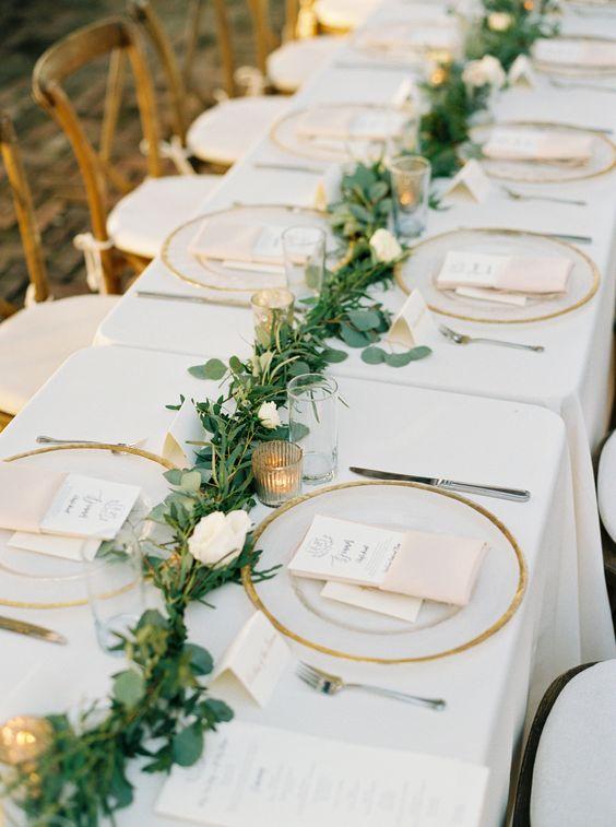 cách cắm hoa để bàn ngày cưới hoa hồng trải dài tiệc cưới