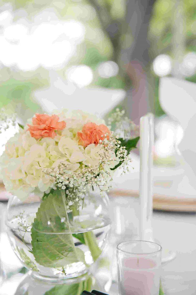 Gợi ý cắm hoa tiệc cưới trong lọ thủy tinh