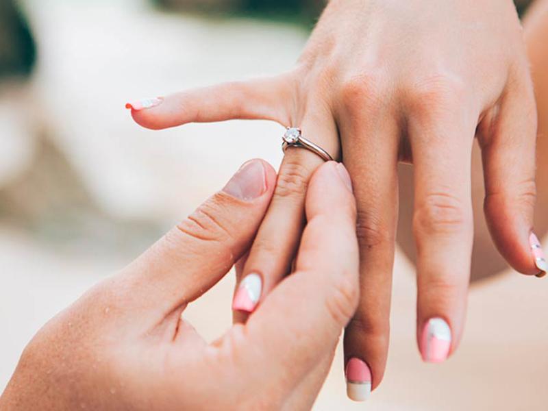đeo nhẫn ngón áp út
